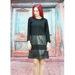 Черна права рокля...